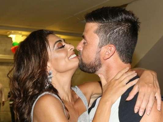 Juliana Paes e o marido, Carlos Eduardo Baptista, se beijaram durante festa que comemorou o aniversário de Jaider Soares, patrono da Grande Rio, nesta terça-feira, 15 de janeiro de 2019
