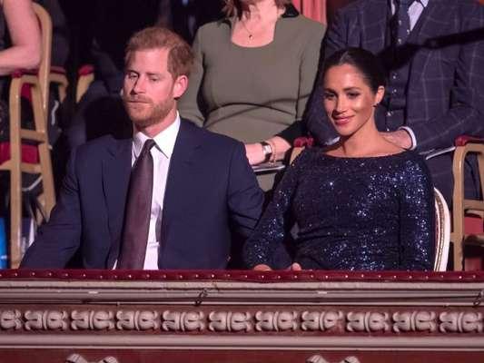 Com look inspirado em Diana, Meghan Markle quebra protocolo com Harry em espetáculo beneficente na quarta-feira, dia 17 de janeiro de 2019