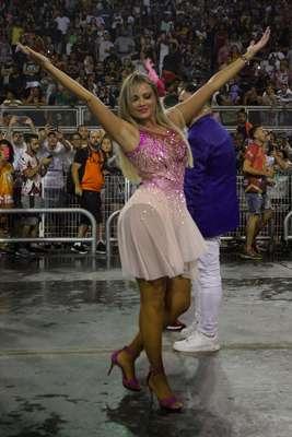 A rainha de bateria da Rosas de Ouro, Ellen Rocche, durante ensaio técnico da escola de samba no Sambódromo do Anhembi, na noite de sábado, 19.