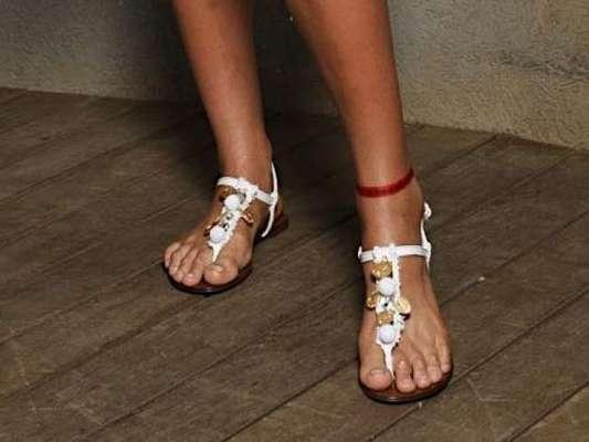 Bruna Marquezine exibe fitinha vermelho tornozelo em gravação com Giovanna Ewbank