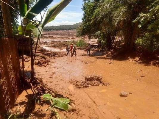 Destruição provocada por queda de barragem em Minas Gerais