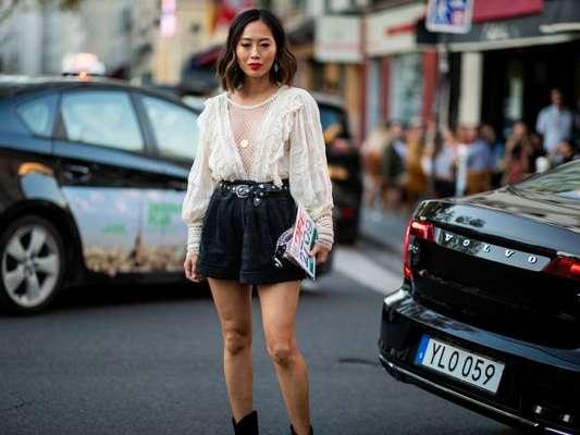 Shorts com pegada retrô + blusa romântica