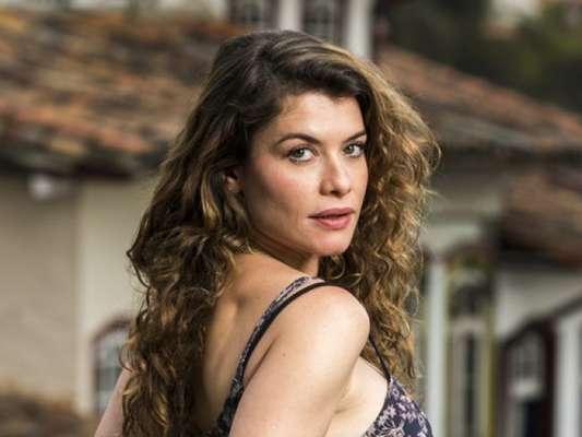 Isabel (Alinne Moraes) vai tentar trancar Cris (Vitória Strada) no passado nos próximos capítulos da novela 'Espelho da Vida' após descobrir que a rival consegue voltar para sua vida anterior