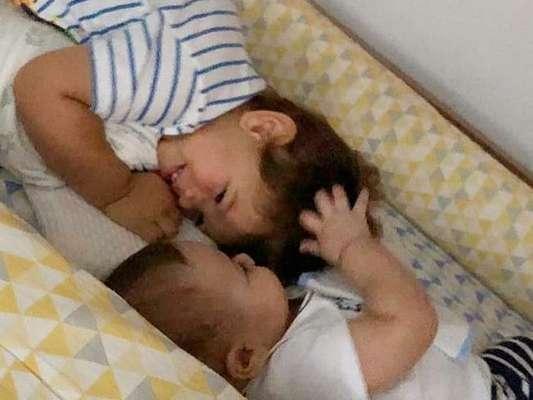 Andressa Suita compartilhou momento de fofura dos filhos, Gabriel e Samuel, de pijama trocando carinhos em berço: 'Amor'