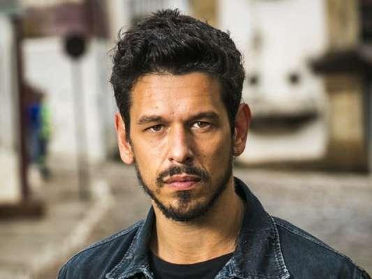 Alain (João Vicente de Castro) vai conhecer Letícia (Letícia Persiles), por quem foi apaixonado na outra vida na novela 'Espelho da Vida'