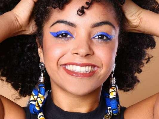 O neon vem com tudo na maquiagem de Carnaval! O delineado gráfico e grosso chama atenção para o olhar e causa impacto