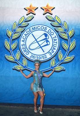 Na cor azul, feito em homenagem a escola, Representa a história da comunidade e o amor pelas cores e o lema da agremiação - Ateliê Soberanas