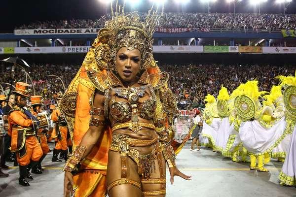 Simone Sampaio desfilou à frente da bateria da Dragões da Real