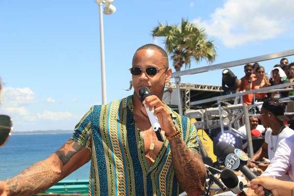 Léo Santana comanda Arrastão no adeus ao Carnaval baiano