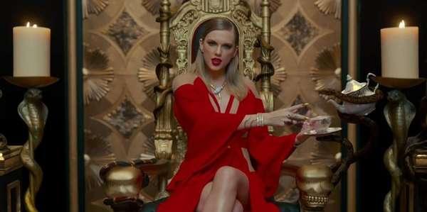 Cobra - Taylor Swift aparece em um trono com várias cobras ao redor dela. A cantora também usa joias de serpente. Não é de hoje a comparação entre ela e o réptil. No ano passado, fãs que não simpatizam com a cantora bombardearam fotos e vídeos dela com emojis de cobra, alegando que ela era falsa e mentirosa com os colegas de profissão.