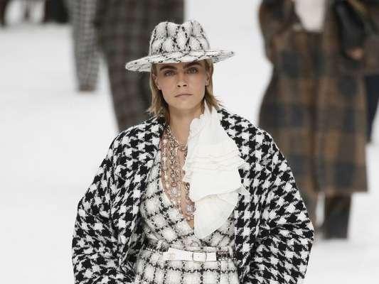 Cara Delevigne desfilou a coleção de outono-inverno 2019/2010 da Chanel com peças em tweed preto e branco