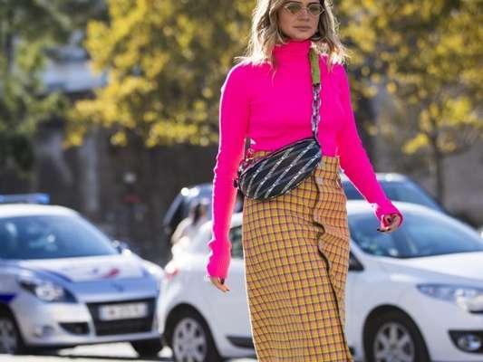 No inverno, a blusa de manga e gola alta pode ser neon e combinar com saias de estampas xadrez