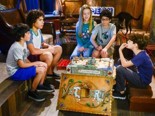 Os meninos jogam um jogo de tabuleiro misterioso em 'As Aventuras de Poliana'.