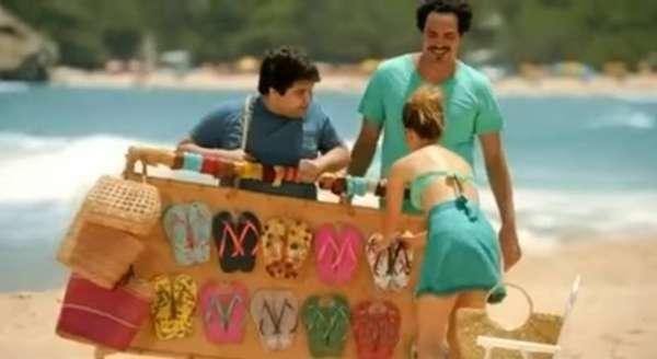 Comercial da Havaianas - Quem não amou o comercial da marca Havaianas no qual supostos vendedores de chinelos da praia chamam a cantora de Sra. Sandy & Junior?