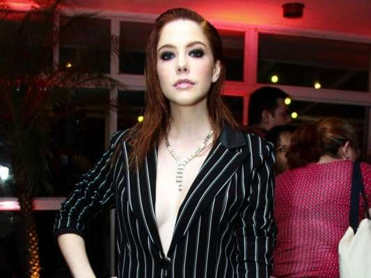 Bia Arantes apostou em um look boyfriend com calça e terno de alfaiataria da marca Morena Rosa. A clutch é da marca Isla