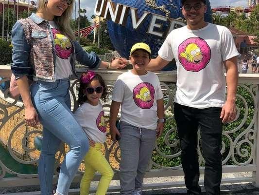Wesley Safadão combinou roupa com filhos, Yhudy, Ysis e Dom, e a mulher, Thyane Dantas, nesta sexta-feira, 15 de março de 2019
