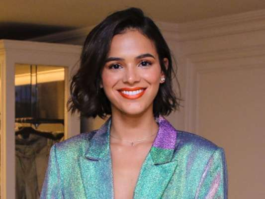 Bruna Marquezine alia biquíni de miçanga a short e jaqueta jeans em festa na noite de sexta-feira, dia 16 de março de 2019