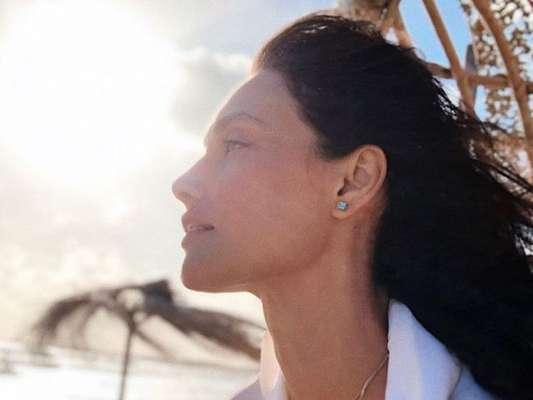 Débora Nascimento, no meio de sua separação com José Loreto, postou na web: 'sejamos amor, genuíno amor'.