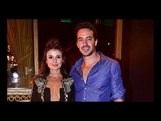 Paula Fernandes levou o namorado, o empresário Gustavo Lyra, para a festa de aniversário de Isaac Azar nesta segunda-feira, 25 de março de 2019