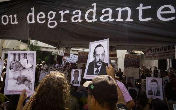 Manifestantes participam de ato contra a ditadura militar na zona sul de São Paulo