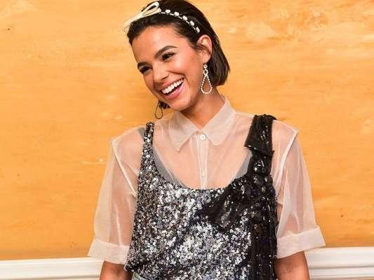 Bruna Marquezine usou regata de paetês por cima da blusa transparente para um visual fashion no evento da Miu Miu, em São Paulo