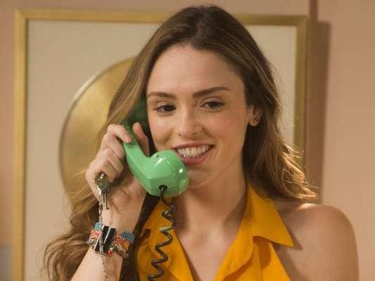 Nos próximos capítulos da novela 'Verão 90', Manu (Isabelle Drummond) vai ser eleita a nova Garota Top Wave.