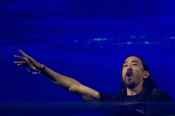 Steve Aoki é um DJ e produtor estadounidense de electro house, produtor e fundador da Dim Mak