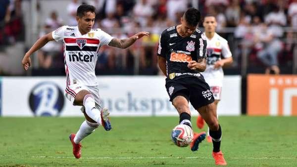 Richard e Everton Felipe disputam jogada
