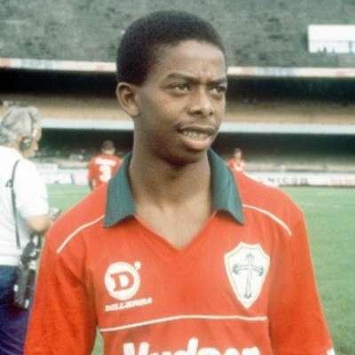 Dener iniciou sua trajetória no futebol com a camisa da Portuguesa