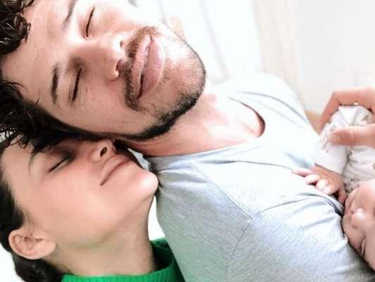 Débora Nascimento compartilha foto ao lado de José Loreto nesta terça-feira, dia 16 de abril de 2019