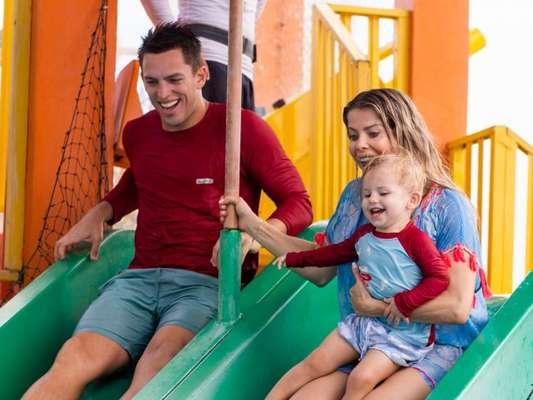 Karina Bacchi e Amaury Nunes elogiam Enrico em parque aquático: a família curtiu o Beach Park em fotos divulgadas nesta quarta-feira, dia 17 de abril de 2019