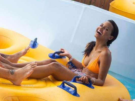 Ex-BBB Gleici Damasceno curtiu parque aquático com namorado, Wagner Santiago
