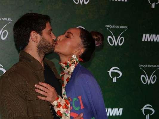 Sabrina Sato e Duda Nagle trocaram beijos antes de conferirem o espétaculo 'Ovo', do Cirque du Soleil, no Ginásio do Ibirapuera, na noite desta quinta-feira, 18 de abril de 2019