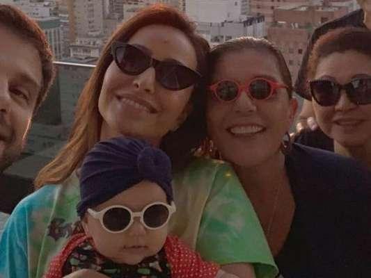 Leda Nagle, avó de Zoe, posa com óculos de sol emprestado da bebê: 'Família'