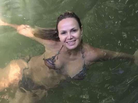 Eliana tomou banho de biquíni em rio neste sábado, 20 de abril de 2019