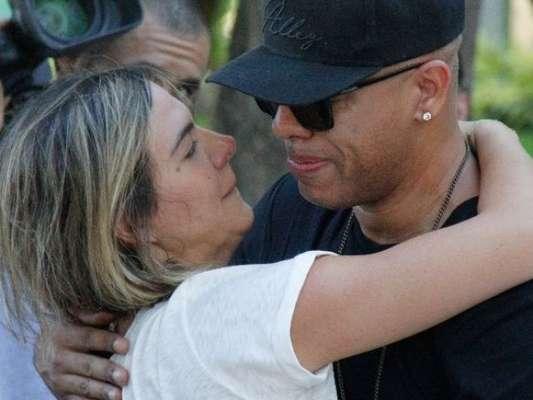 MC Sapão foi velado por amigos como MC Koringa, Carol Sampaio, que se confortaram, e Buchecha, no cemitério da Penitência, no Caju, Zona Portuária do Rio de Janeiro, neste sábado, 20 de abril de 2019