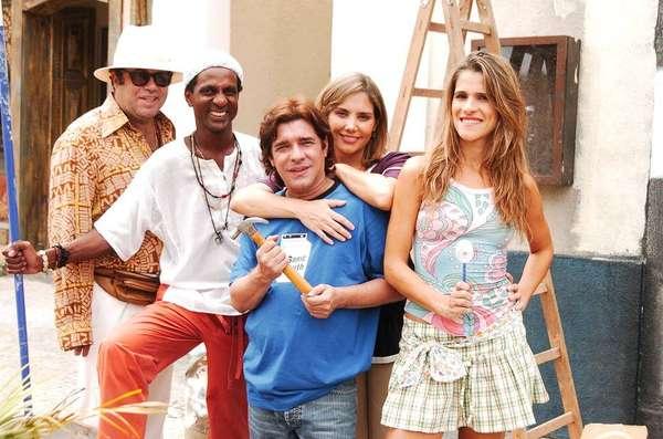 'Sob Nova Direção' - A série 'Sob Nova Direção', que era exibida aos domingos após o 'Fantástico', foi ao ar pela primeira vez em 18 de abril de 2004, há 15 anos. Ao todo, foram quatro temporadas, que chegaram ao fim em 8 de julho de 2007, além de um especial de fim de ano na Globo, exibido em 28 de dezembro de 2003, que deu origem ao programa estrelado por Heloísa Perissé e Ingrid Guimarães. Relembre a seguir os integrantes do elenco e veja como eles estão e seus trabalhos mais recentes atualmente.