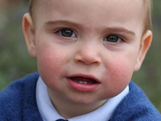 Roupa usada por Louis, caçula de Kate Middleton e Príncipe William, em novas fotos esgota em menos de um dia, como indicou o 'Daily Mail' nesta terça-feira, dia 23 de março de 2019