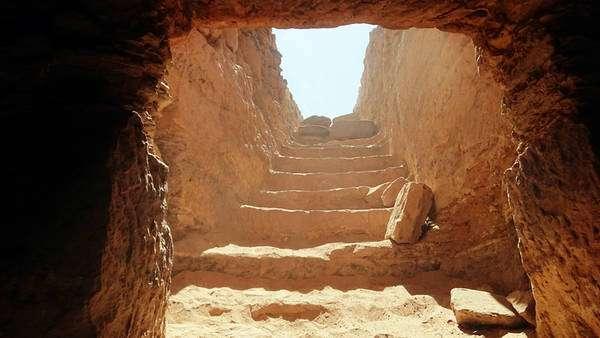 Entrada da tumba encontrada em Assuan, no Egito