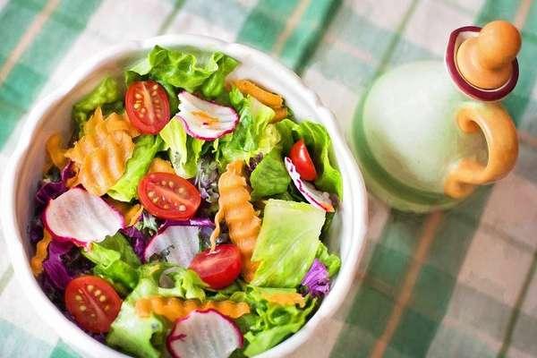 """Veja 10 dietas da moda inusitadas que não fazem bem para a saúde - Em cinco segundos, pense nas dietas da moda que já indicaram para você e que 'com certeza funcionam'. A busca pela rápida perda de peso leva muita gente a encarar dietas extremamente restritivas, seja de carboidratos, proteínas ou gorduras. Entre os nutricionistas, é consenso que, a médio prazo, nenhuma delas funciona. """"O emagrecimento pode existir, mas não é saudável, porque terá deficiência de nutrientes e, com isso, volta do peso"""", diz Michele Ferro de Amorim, professora do curso de Nutrição no UniCEUB, de Brasília. Confira aqui uma seleção de 10 dietas da moda inusitadas que você não deve seguir."""