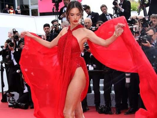 Alessandra Ambrósio exibiu look sensual com muita fluidez no Festival de Cannes
