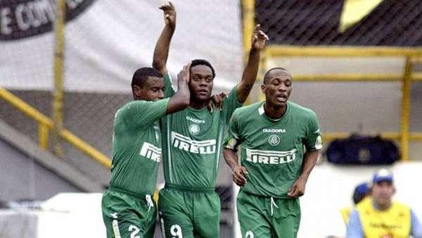 Hoje no Corinthians, o atacante Vagner Love já fez chover na Vila Belmiro pelo Palmeiras. Em 2004, pelo Brasileirão, o Verdão goleou o Santos por 4 a 0, com dois gols do então prata da casa alviverde.