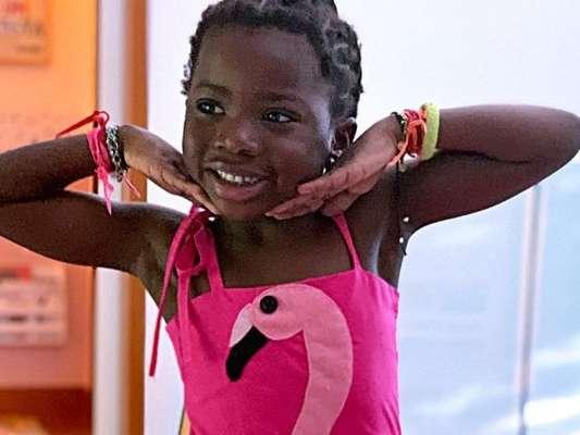 Títi, filha de Gio Ewbank e Gagliasso, é tietada por tio em aula de balé nesta terça-feira, dia 21 de abril de 2019