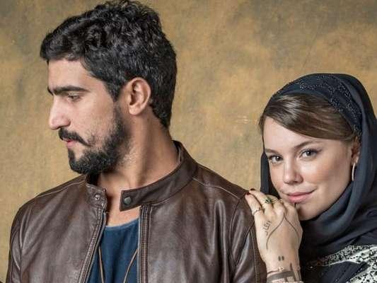 O clima esquenta entre Dalila/Basma (Alice Wegmann) e Jamil (Renato Góes) na novela 'Órfãos da Terra'
