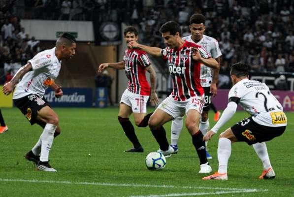 O São Paulo teve uma atuação discreta e foi derrotado pelo Corinthians em clássico disputado em Itaquera. A equipe não teve nenhum destaque individual em sua primeira derrota no Brasileirão (notas por Lucas Rezende)