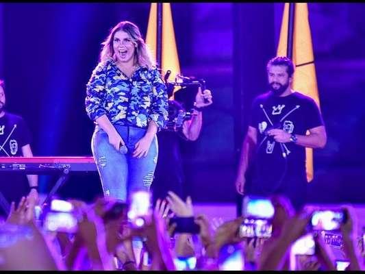 Marilia Mendonça é prestigiada pelo namorado, Murilo Huff, em show
