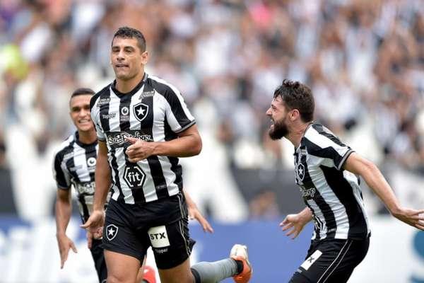 O Botafogo venceu o clássico contra o Vasco por 1 a 0 na manhã deste domingo, no estádio Nilton Santos, e manteve o rival na lanterna do Brasileirão. O autor do gol botafoguense foi o veterano atacante Diego Souza, o melhor jogador em campo. Confira as notas do Fogão do LANCE! (por Ricardo Tavares)