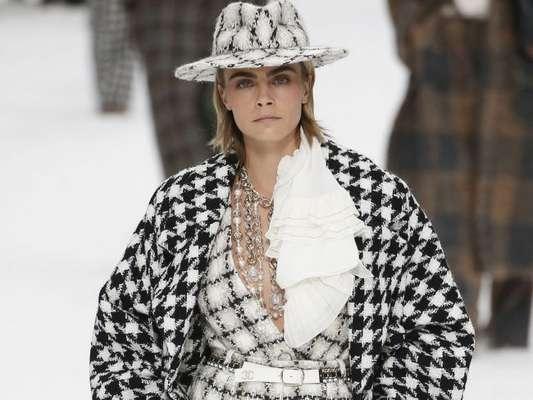 Calça pantalona no desfile da Chanel