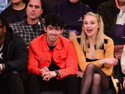 "Joe Jonas quase beijou a dublê de Sophie Turner nos setes de ""Game of Thrones"""