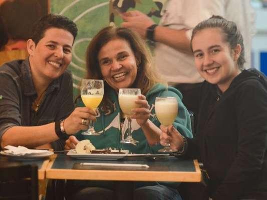 Claudia Rodrigues comemorou 48 anos com festa reservada em shopping com a filha e a empresária, nesta sexta-feira, 7 de junho de 2019